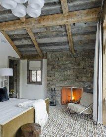 Image Dormitor rustic cu grinzi de lemn si zid din piatra