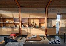 Image Aproape un intreg perete din living este ocupat cu mobilier inzidit