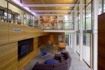Image Perete de sticla si lemn intr-o zona de zi minimalista