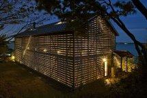 Image Casa cu aspect de hambar si pereti de sticla umbriti de panouri