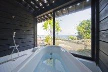 Image O baie minimalista, cu multa lumina naturala, intr-o casa de lemn