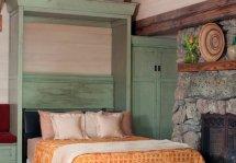 Image Patul rabatabil transforma livingul unei mici case de vacanta intr-un dormitor confortabil