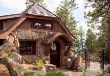 Image Casa din piatra integrata perfect in decorul montan
