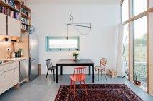 Image Bucataria si locul de luat masa intr-o casa familiala compacta
