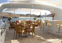 Image Terasa pe una din puntile yacht-ului Slojo