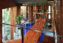 Image Balcon suspendat peste piscina interioara