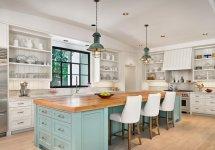 Image Combinatia de albastru si lemn natur aduce armonie si caldura in aceasta bucatarie